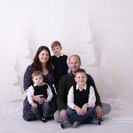 Mama und ihre vier Burschen sitzen kuschelnd vor meinen Weihnachtsbäumen