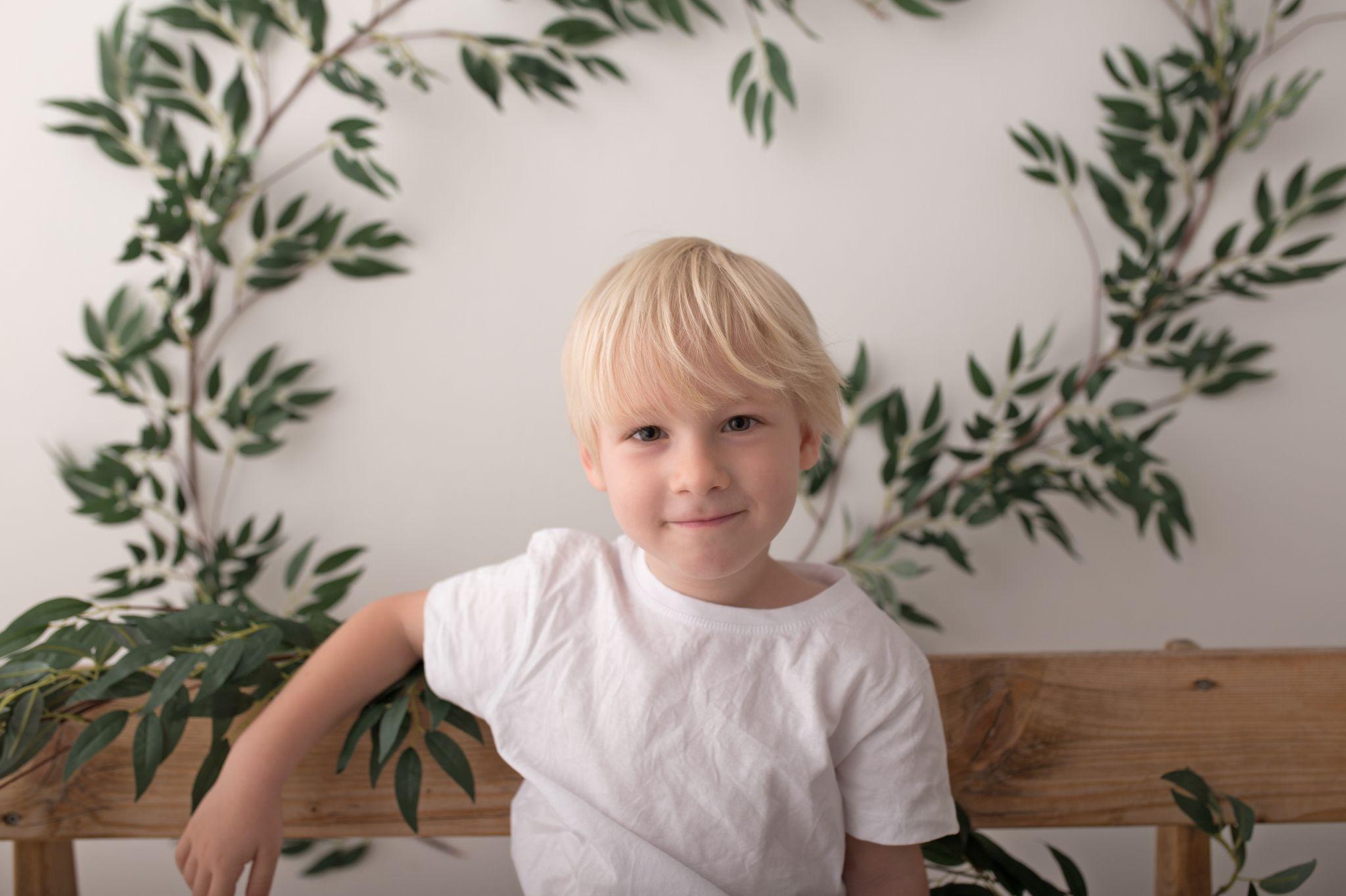 frecher Junge bzw. Kleinkind macht das Titelbild der Minisessions Galerie von Zisch-Ortner