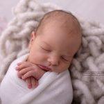 Nahaufnahme des kleinen neugeborenen Gesichtes