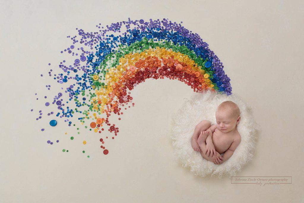 Neugeborenen Shooting mit Regenbogen als Erinnerung von Zisch-Ortner