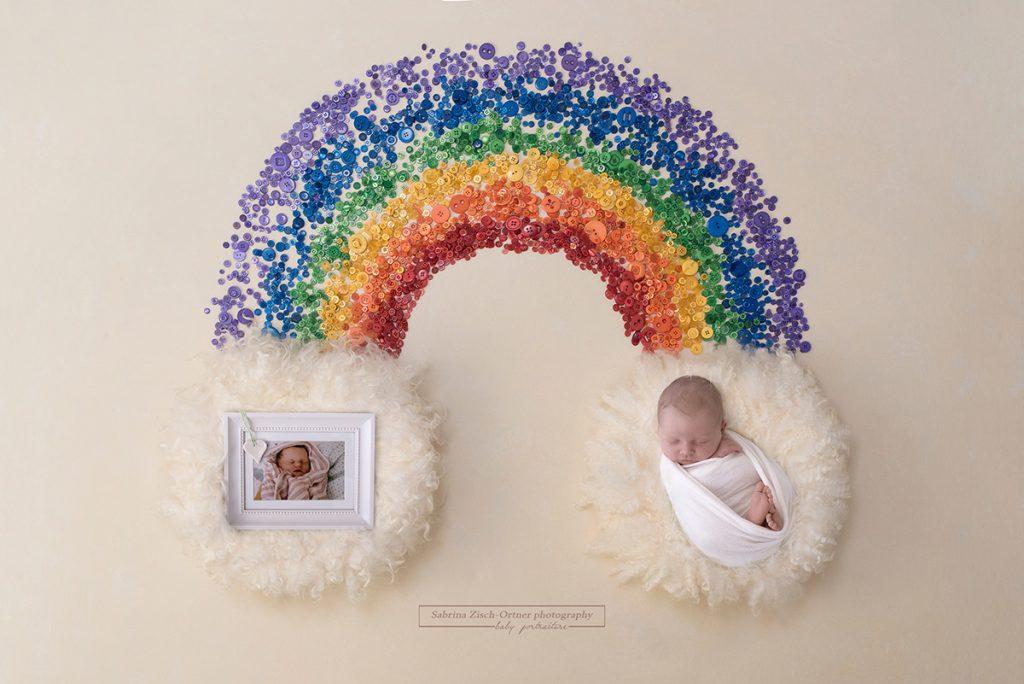 Regenbogenbaby und Foto von seinem verstorbenen Geschwisterchen