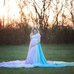 Rock in Regenbogenfarben kleidet Schwangere für das Foto beim Sonnenuntergang