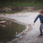 Steine werfen in den See