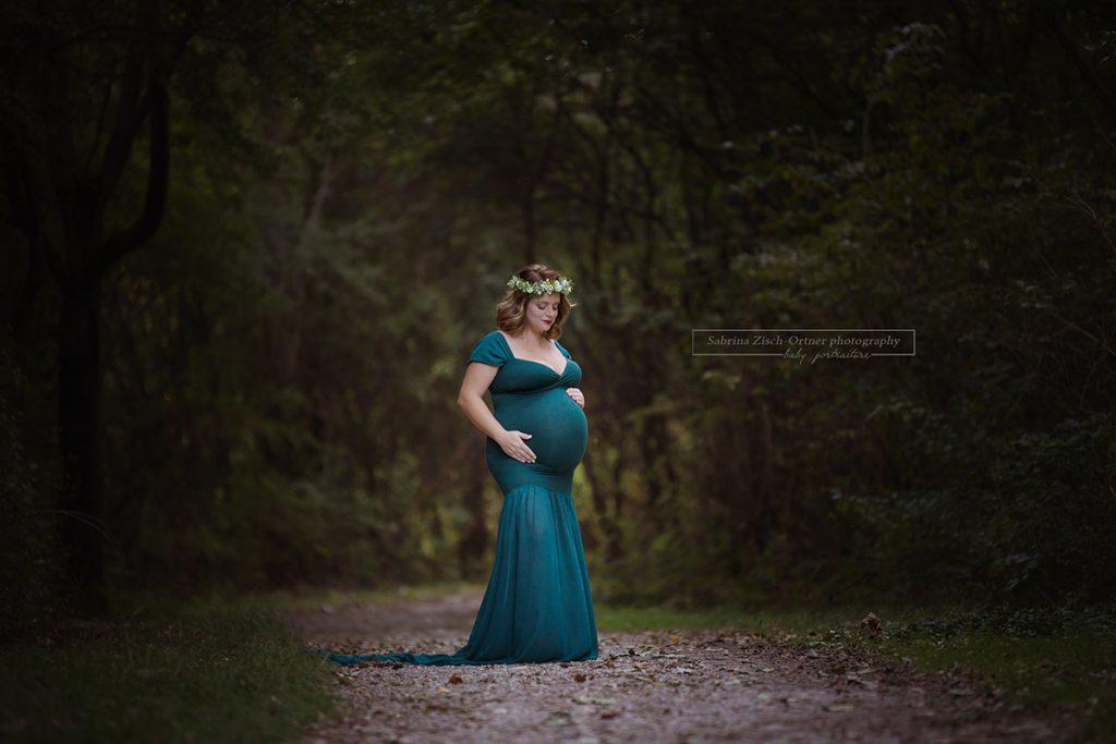 Wald, Abendlicht und ein Babybauch ergeben eine wundervoll in Szene gesetzte Mama