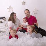 Weihnachtliches Familienfoto mit Schnee einer fünfköpfigen Familie