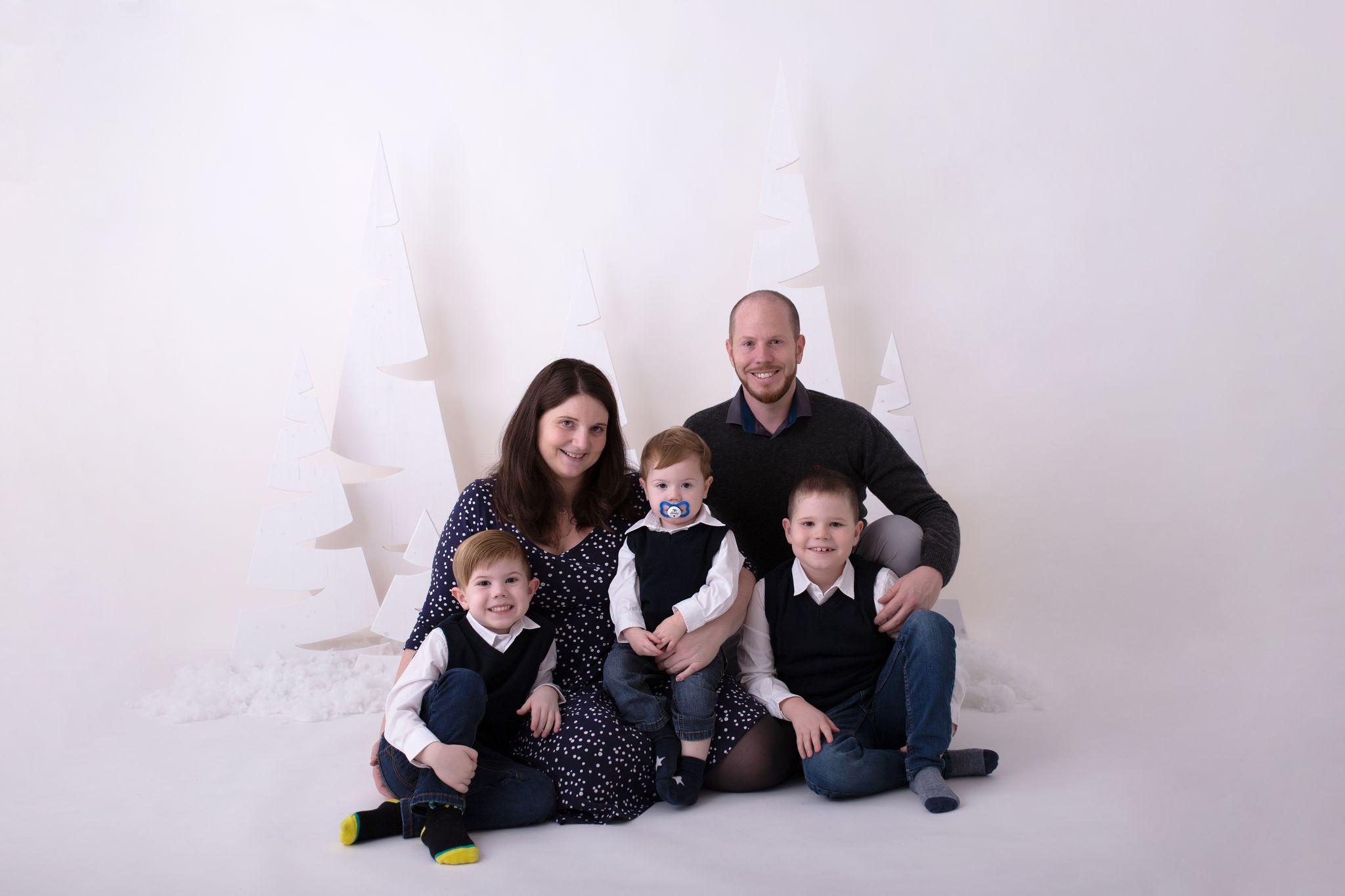 fünfköpfige Familie ziert das Titelbild der Weihnachtsminisessions von Sabrina Zisch-Ortner