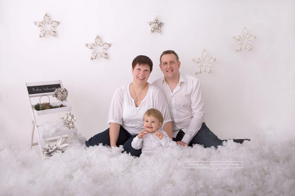 Weihnachtsfoto zu Dritt im weihnachtlichen weißem Setup