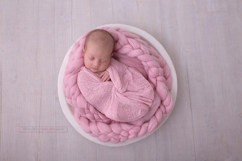 neue wundervolle Wickeltechnik für Neugeborenen Fotoshooting geübt von Zisch-Ortner
