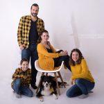 abwechslungsreiches Posing der 4 koepfigen Familie mit Hund in gelb und blau gekleidet