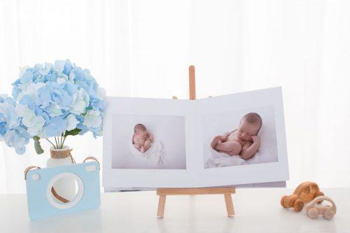 aufgeschlagenes Fotoalbum in blauen Setup