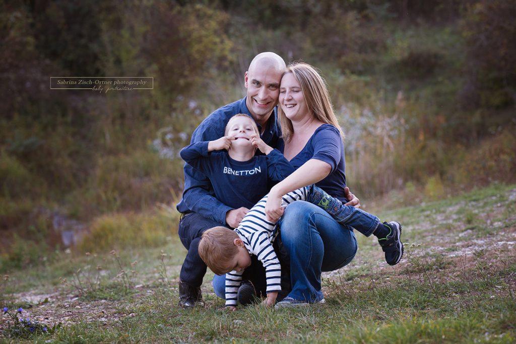 authenthische Familienfotograf bei Outdoor Fotoshooting mit Sabrina Zisch-Ortner
