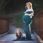 ein wundervolles, ehrliches Lachen der bald großen Schwester neben einem perfekt in Szene gesetzten Babybauch der Mama