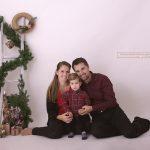 hübsches Familienfoto vor simplen Weihnachtsdeko