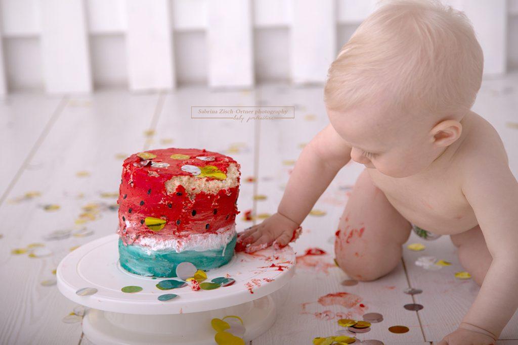 die Torte ist fällig beim Cake Smash Fotoshooting