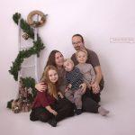 kuscheliges Familienfoto bei Weihnachtsmini Fotoshooting
