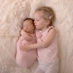 Geschwisterfoto mit den zwei süßen Schwestern