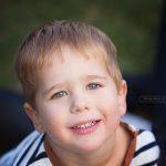 lächelndes Portrait in der freien Natur des jüngsten Sohnes