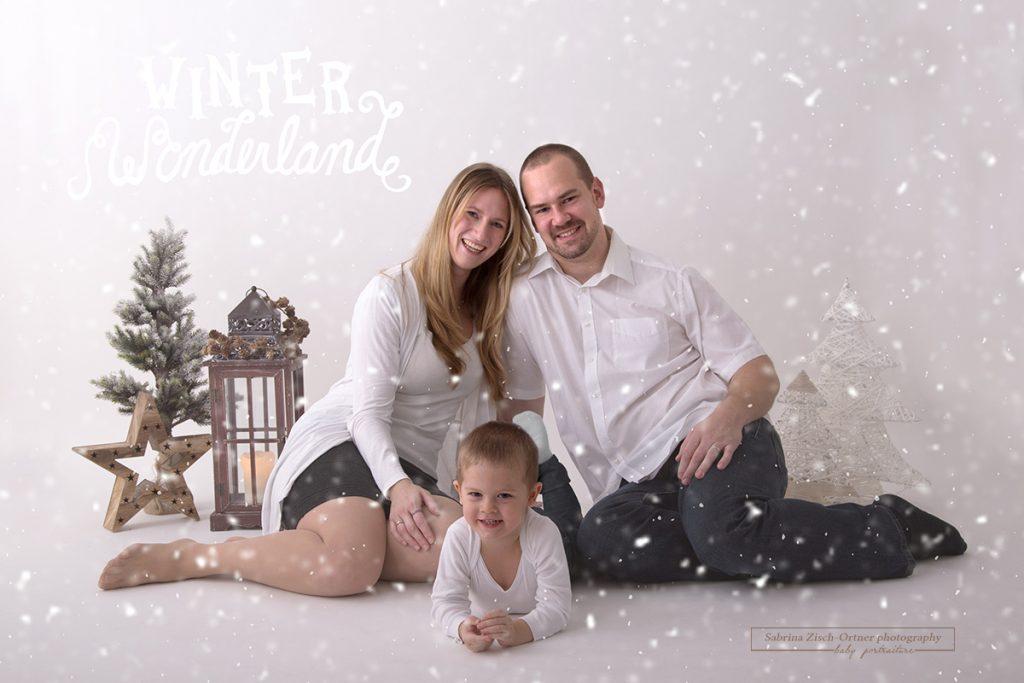 wunderhübsches stimmiges authentisches Familienfoto zu Dritt bei den Weihnachtsminis veranstaltet von Sabrina Zisch-Ortner photography