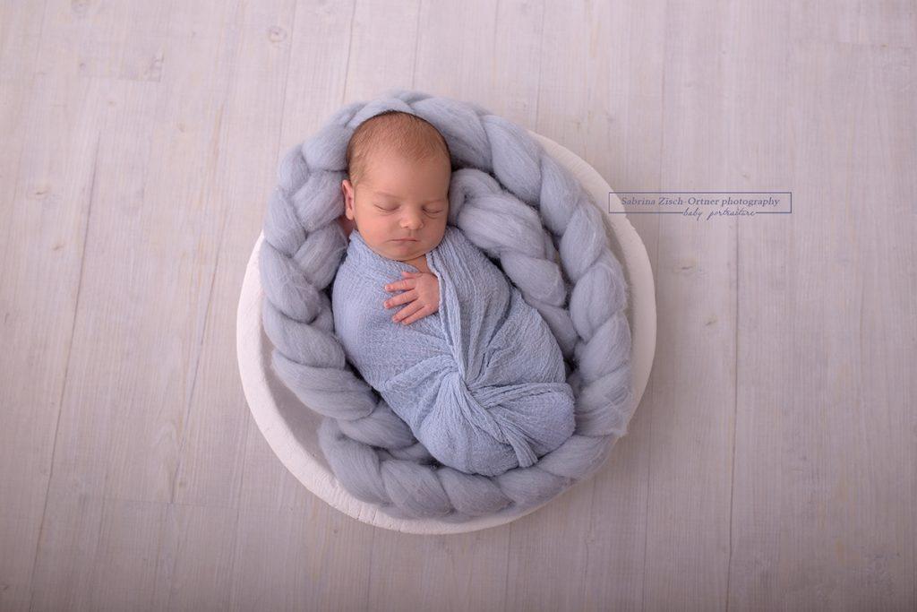 neue Wickeltechnik mit Blau als Accessoire bei Baby Fotoshooting