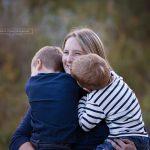 perfektes Foto der Mama welches sie mit ihren zwei Burschen zeigt