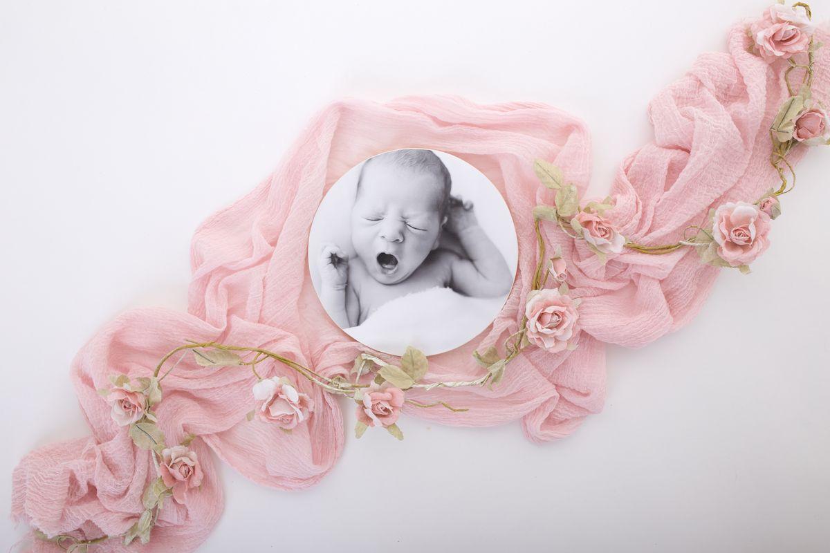 runder Photoblock in Schwarz Weiss mit gähnenden Neugeborenen als Fotomotiv