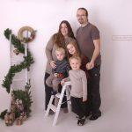 stehendes weihnachtliches Familienfoto einer fünfköpfigen Familie