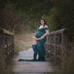 stolze große Bruder und glückliche Mama beim Outdoor Babybauchshooting