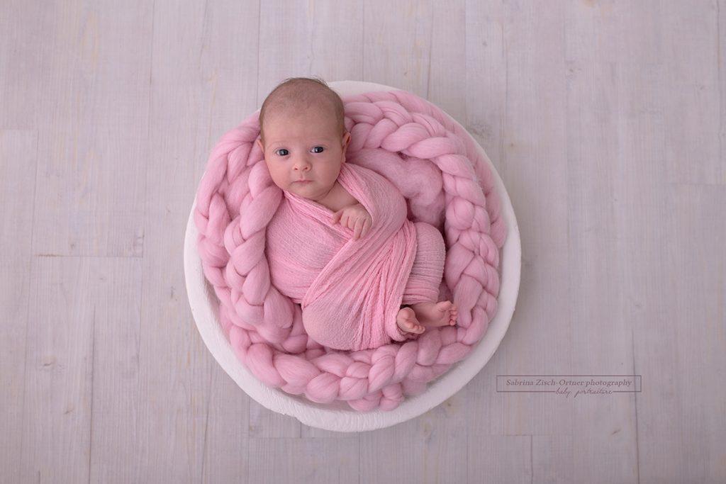waches, aufgewecktes Baby beim Wiener Neugeborenen Fotoshooting