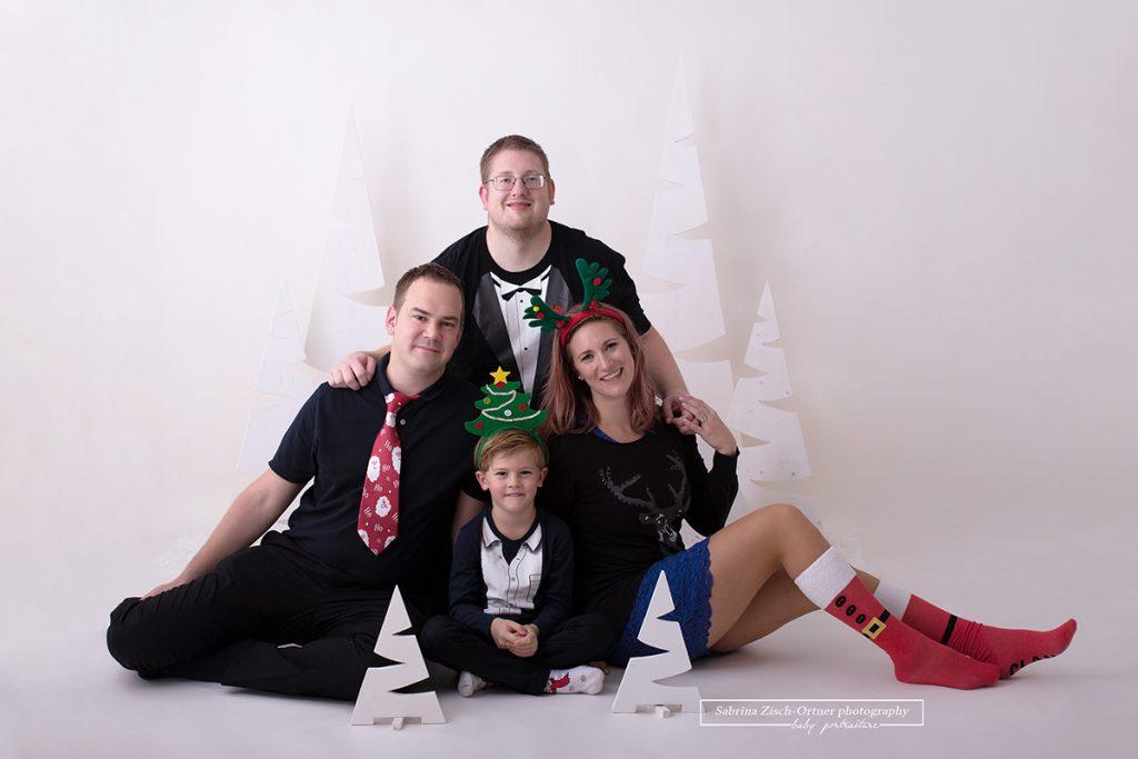 auch eine weihnachtliche Verkleidung mit Santa Socken, Baum Haarreifen und den passenden Weihnachtsmann Krawatten, fürs Weihnachtsfotos durfte im Studio nicht fehlen