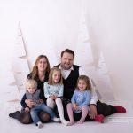 weihnachtliches sitzendes und kuschelnde Familienfoto vor meinem weihnachtlichen Setup