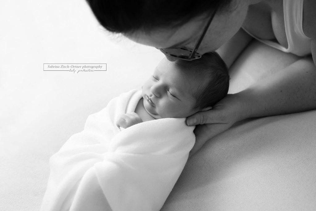 zärtliche Kuss der Mama beim Fotoshootoing in SW