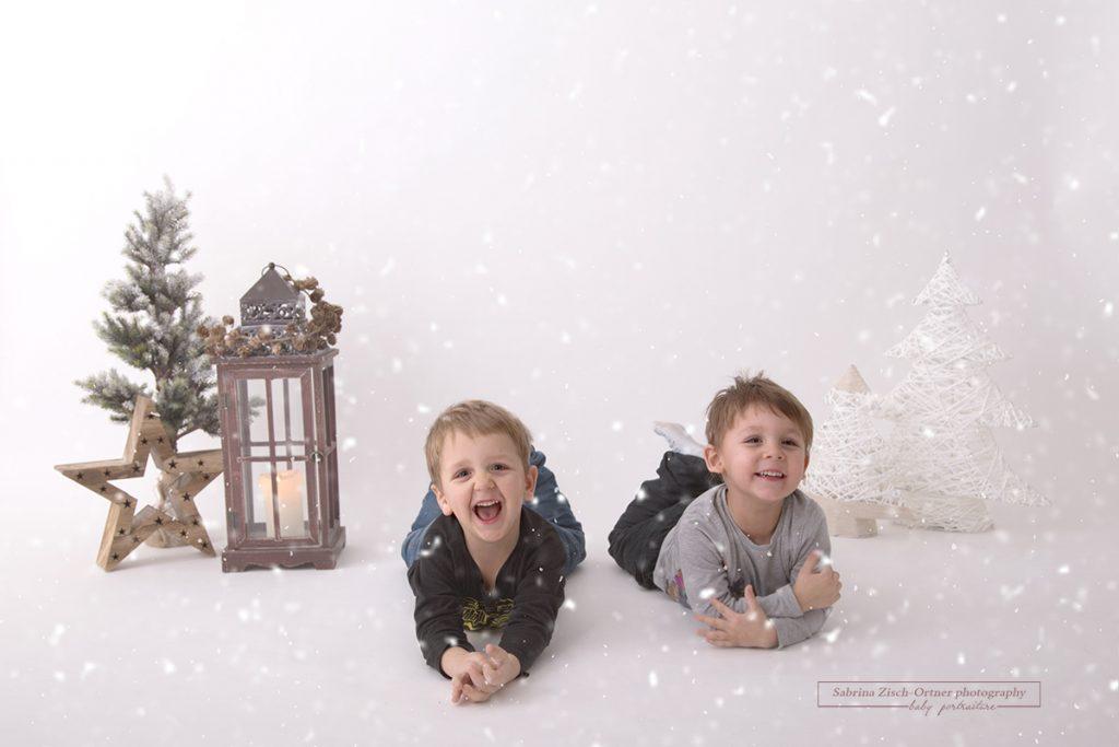 zwei lachende Burschen im Weihnachtssetup