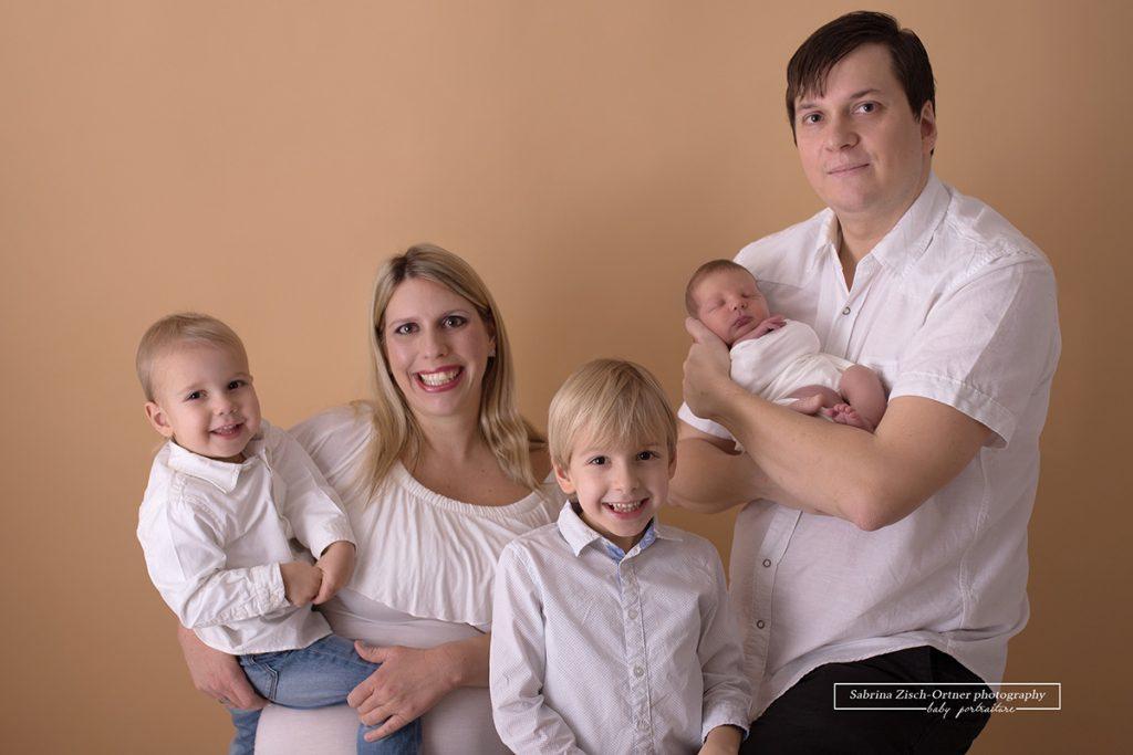 Familienfoto der jetzt 5koepfigen Familie beim Neugeborenenshooting