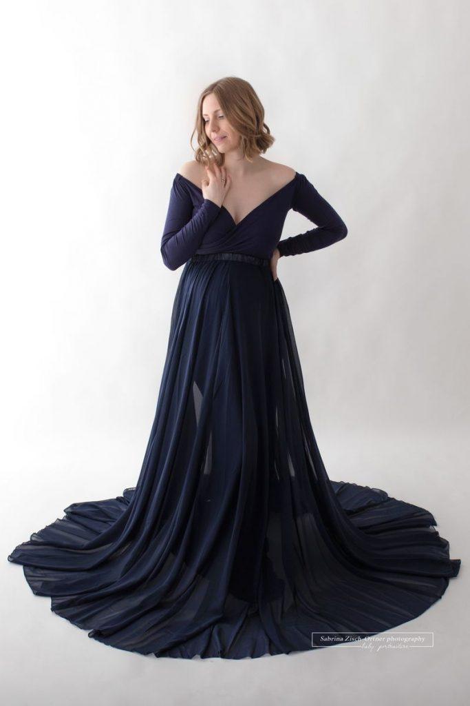 Grace Schwangerschaftskleid an einer glücklichen Schwangeren mit dazupassendem Chiffon Rock in Blau