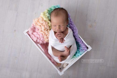 Neugeborenenshooting mit Regenbogen Accessoires