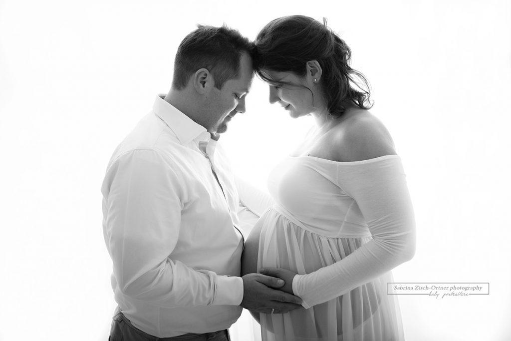 werdenden Eltern beim Babybauchshooting in Wien