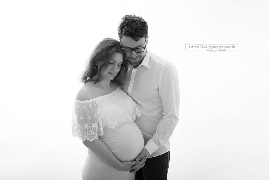 werdenden bald Eltern bei ihrem Partner Fotoshooting mit Babybauch