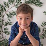 6 jaehrige Junge posiert fuer sein Kindergarten Stickerfoto