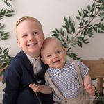 Brueder duerfen auch auf Fotos bei Kindergarten Fotosession im Fotostudio