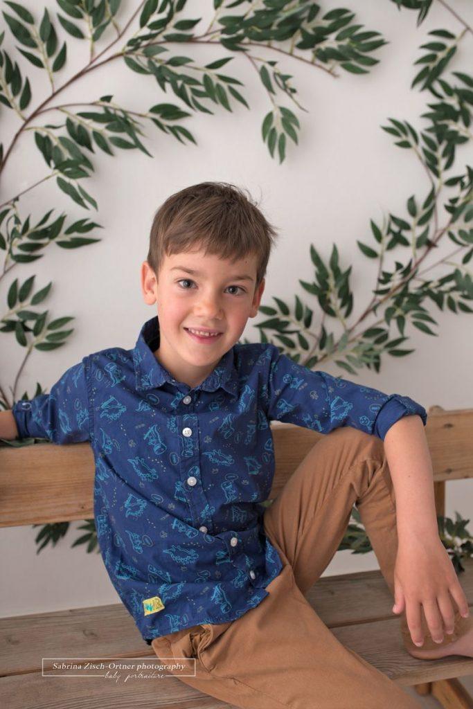 Fotoshooting im 22 Wiener Gemeindebezirk mit Kindergartenkind und selbstgemachten Hintergrund