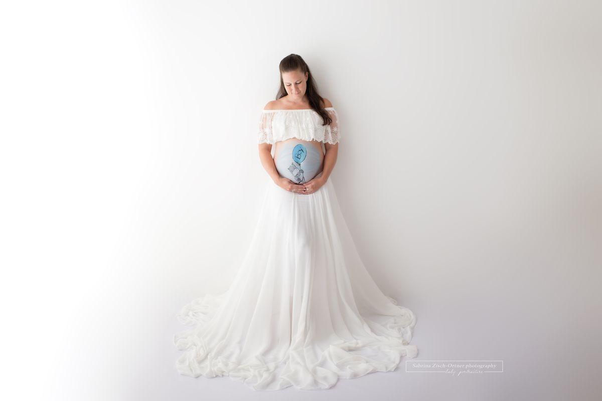 Fotoshooting in weissen Kleidern mit Babybauch Bemalung Zisch-Ortner