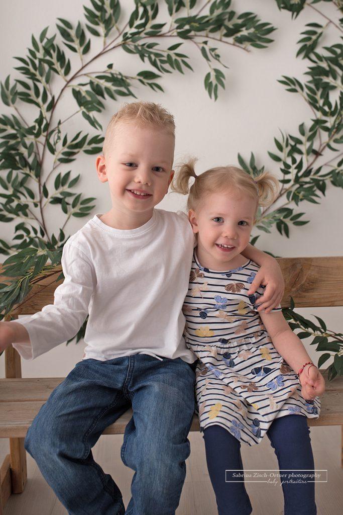 Geschwisterfoto von Junge und Maedchen bei Kindergarten Minisession