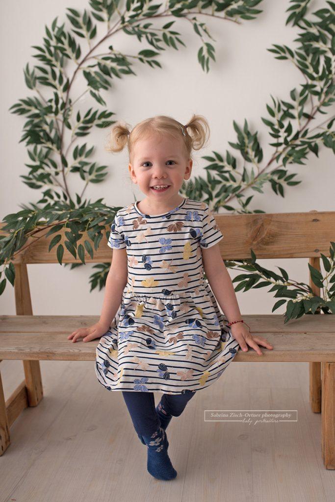 Kindergarten Maedchen bei Ersatz Fotoshooting zwecks Corona bei Sabrina Zisch-Ortner