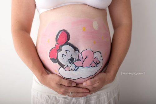 Minnie Maus und Micky auf Babybauch gemalt fuer Fotoshooting