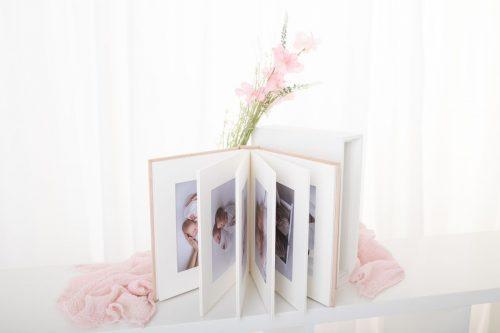 10 Fotos in Passepartouts in einem Album zusammengebunden