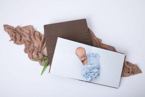 Babyfotos im Holzbuch als Erinnerung