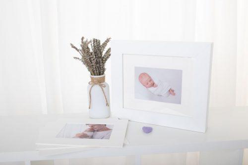 Bilder in Passepartouts in Box die als stehender Bilderrahmen dient