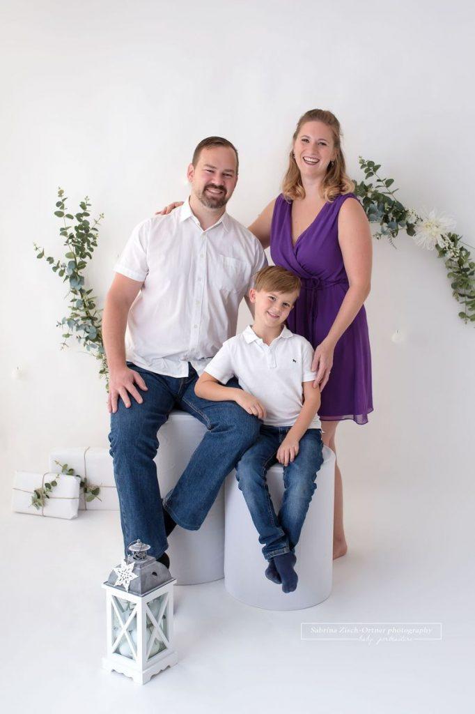 Familie in weiss und lila