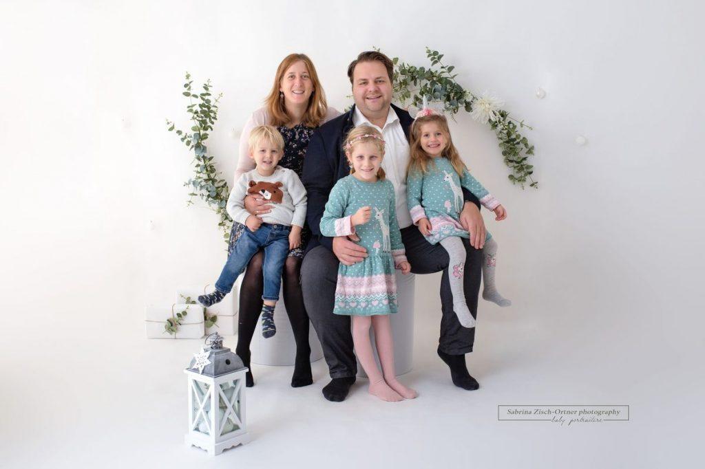 Familie mit blinder Tochter bei weihnachtlichen Shooting