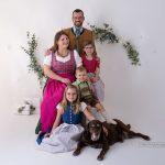 Familie mit drei Kindern in Tracht und Dirndl beim Familienfoto
